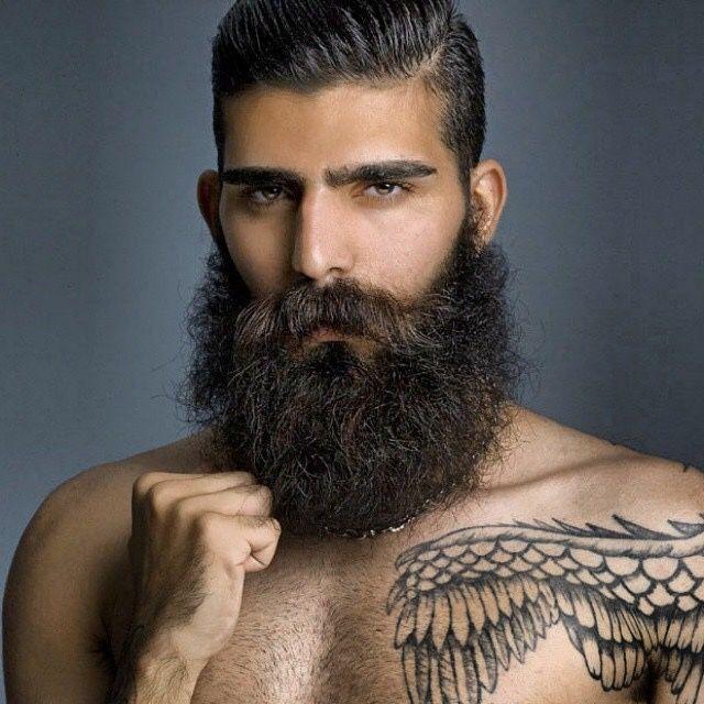 barbu hipster pilosité indécente tatoué